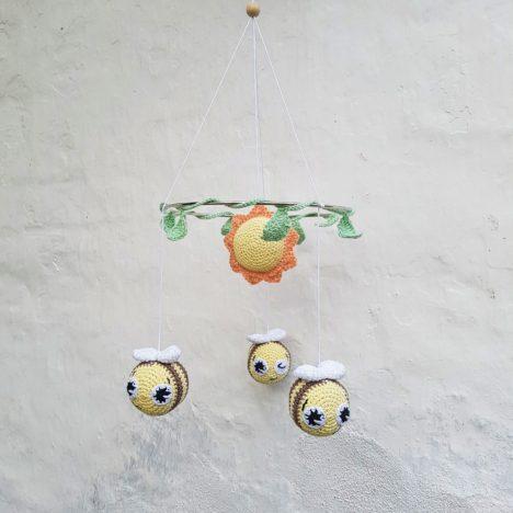 Hæklet-uro-med-bier-468x468 Raslebi - En sød hæklet bi