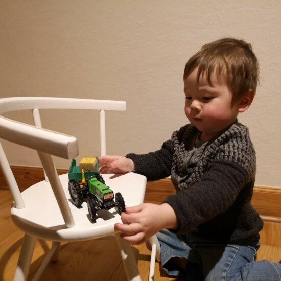 OJ-Block-Cardigan-Traktor-på-stol-550x550 OJ Blockcardigan til Hector
